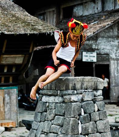 Tradisi Lompat Batu yang Berasal dari Nias